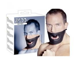 Roubík s koženou maskou na ústa