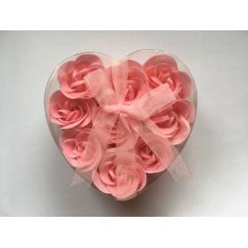 Květy růžových růží v dárkové krabičce SRDCE